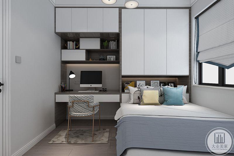 书房设置成榻榻米的样式,简单的书桌椅和一个榻榻米
