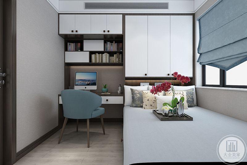 书房是榻榻米的样式,简单的书桌椅和床榻构成一个书房空间