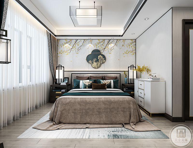 主卧运用了浅棕色和深青色的色调,更添大气。背景墙是明黄色的花枝纹样的白色板材,使居室显得春意盎然