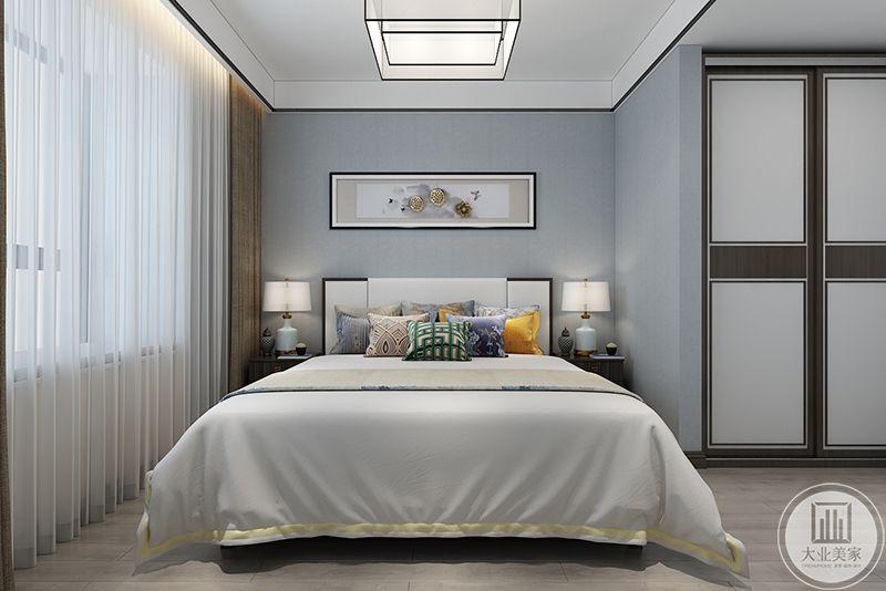 次卧布置简单大方,白色的主色调,在抱枕的色彩上玩了花样,使居室不至于显得单调