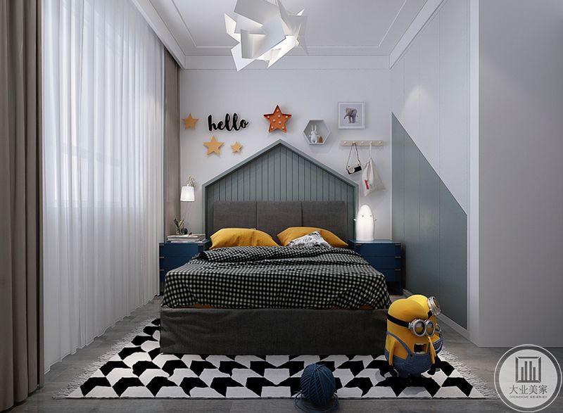 儿童房是白色的漆面和浅灰色的涂染相结合,床铺和地毯都选择了黑白格子的设计,枕头和小黄人的明亮色彩则使原本低沉的空间变得明亮了