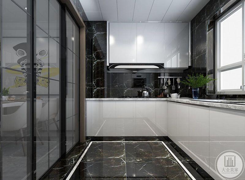 厨房是白色的橱柜,地面采用了黑底白纹的大理石材料