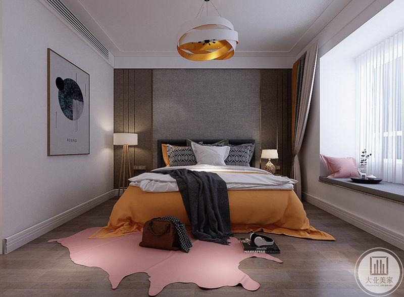 主卧是浅木色的地板,一块不规则的粉色地毯铺在地面上,床铺选择了亮眼的橙色,与吊灯的金属色相得益彰。阳台布置成榻榻米的样式