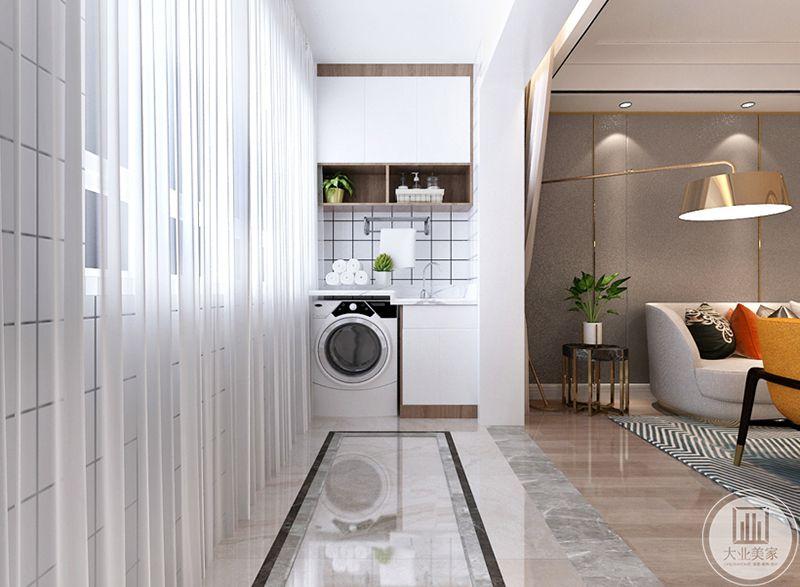 阳台放了洗衣机和收纳柜,大大提高了空间的利用率