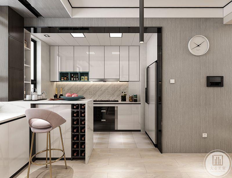 吧台一侧做成了红酒柜,台面上摆着果盘,厨房中明亮的白色橱柜和冰箱布置的和谐有致