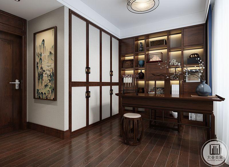 书房亦是陈设简单不是大方,书案,文人椅,笔架,案旁的插花无不彰显着主人清贵的品位,低调且有内涵。