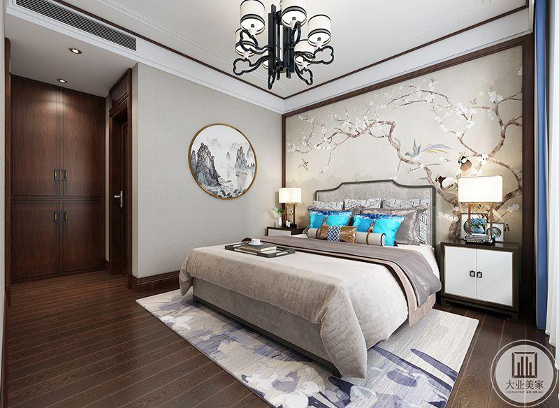 卧室采用灰色和白色的浅色调,优雅且低调,床头墙上是单色的花鸟图,生动活泼。