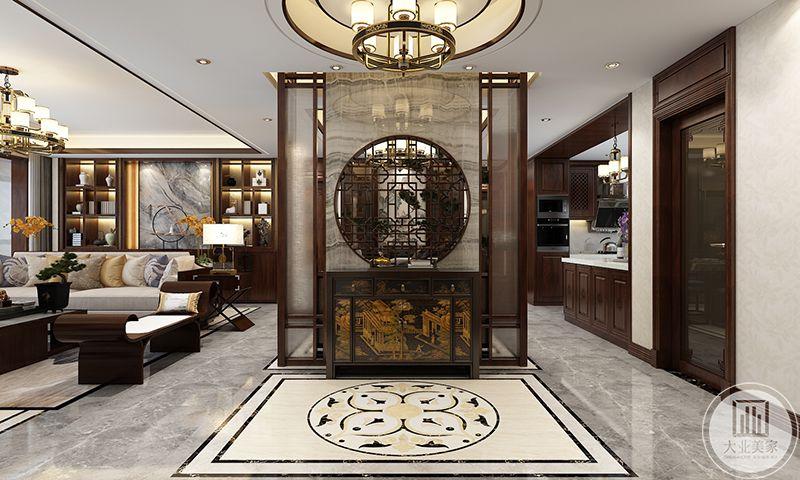 玄关设计的十分精巧,置物柜是宋时精巧的市民生活样板画,黑底金纹,华丽大气。