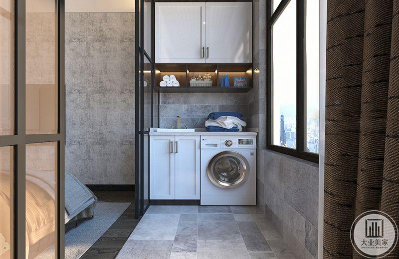 老人房的阳台设计了收纳柜和滚筒洗衣机。