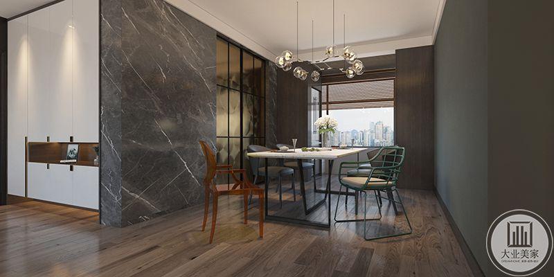 餐厅空间依旧是极简的风格,框架式的桌椅线条流畅,餐椅风格各异而又十分和谐