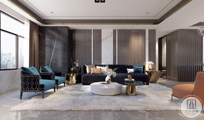 客厅在大理石地板的基础上铺设了米色的绒毛地毯。墨蓝色的主沙发与墨绿色的单人沙发选用绒面材料,十分贵气。茶几采用白色大理石和金属色为装饰,自然而又华贵。