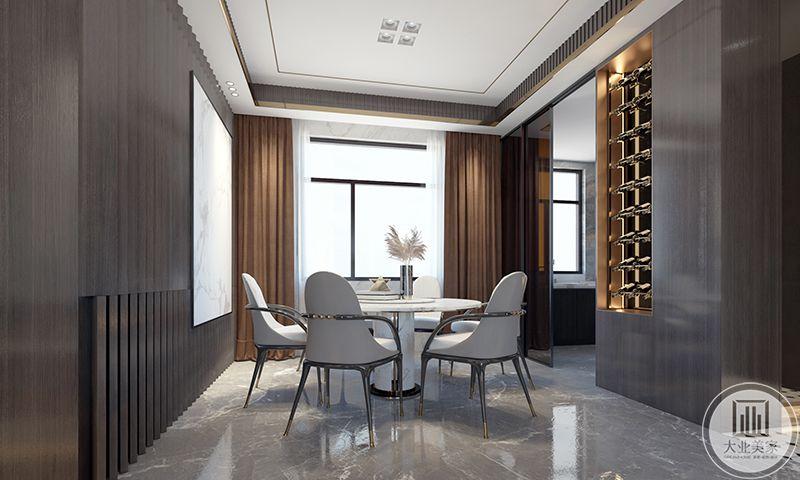 餐厅是大理石的地板,周围是木板做成的背景墙,窗帘是棕色。而主体的餐桌餐椅则是素白色,使空间极富优雅感与文化气息。
