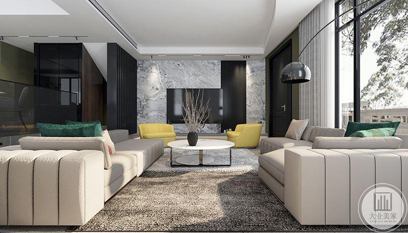 米色的沙发在阳光的照射下显得更加温暖舒适。
