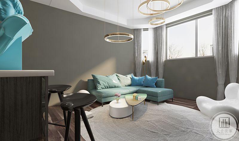 二层休闲区地面是木色的地板,米色的圆形地毯铺在上面,薄荷绿的沙发与精致的茶几使这个休闲空间更加可爱。金属色的圆形灯饰则给空间添加了几缕奢侈的精致感。