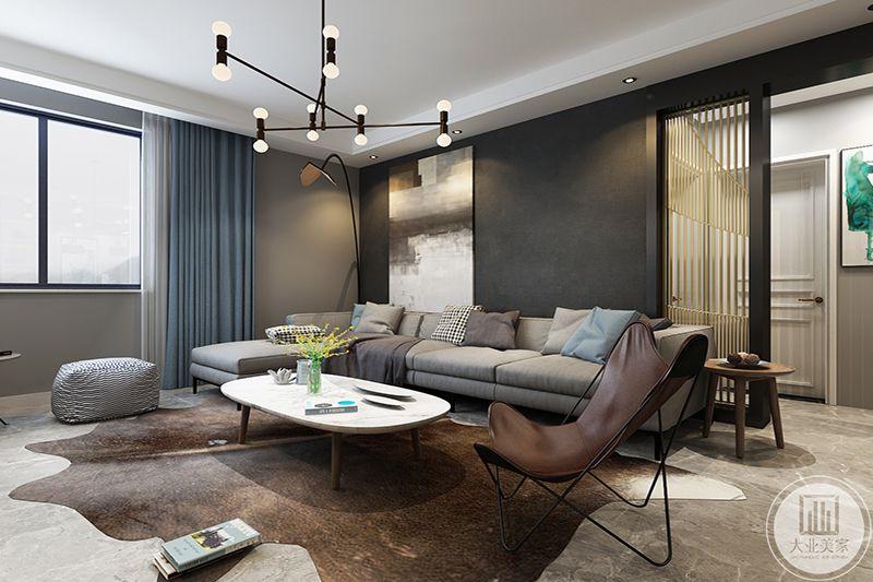 客厅采用咖色,素雅色彩的布艺,展示港式冷意,又搭配了饰品来协调、中和这种冷列。