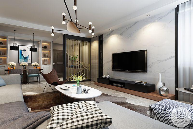 客厅在设计上更加强调功能,强调结构和形式的完整,工艺品挂件,运用几何线条修饰,色彩明快跳跃,来展现不拘一格的家装风格。