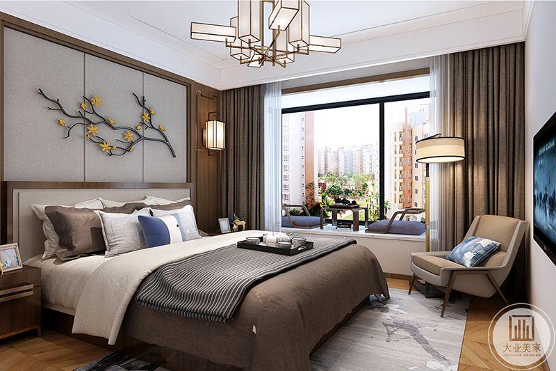 卧室背景墙灰色软包,刺绣工艺,精巧雅致,内置阳台,窗户宽广可以将风景一览无余,采光通风性能极佳。