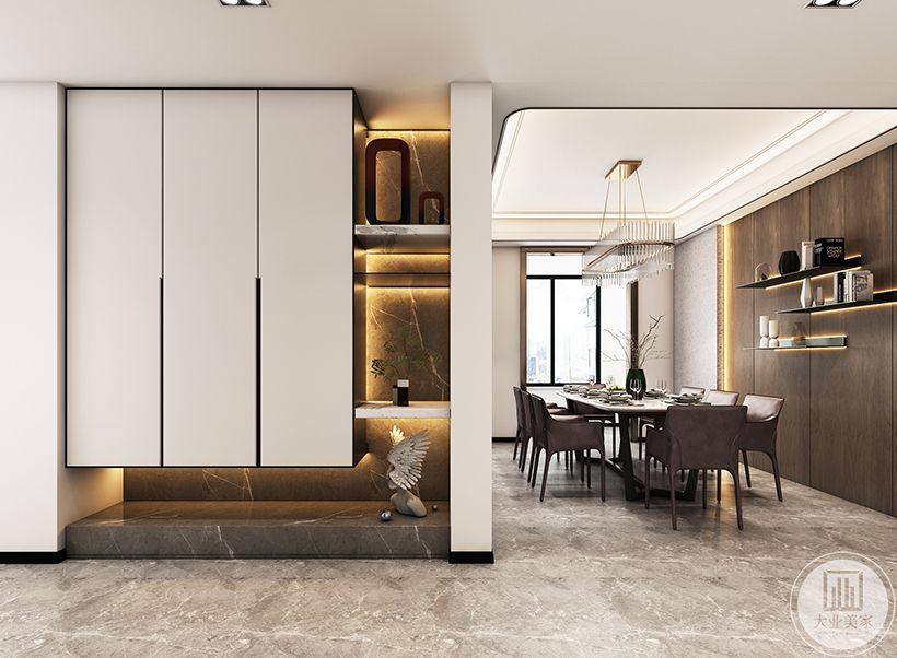 客厅的布局没有采用平常的布局,而是将沙发放置在了靠窗一面,造型也是用柜子进行装饰