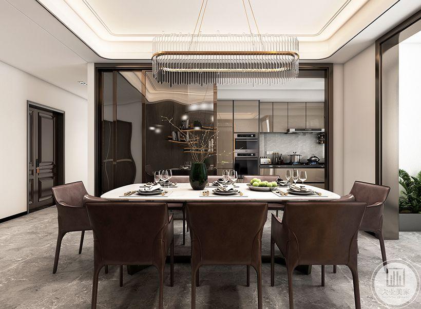 餐厅顶面造型和客厅一样用弧形,相互呼应