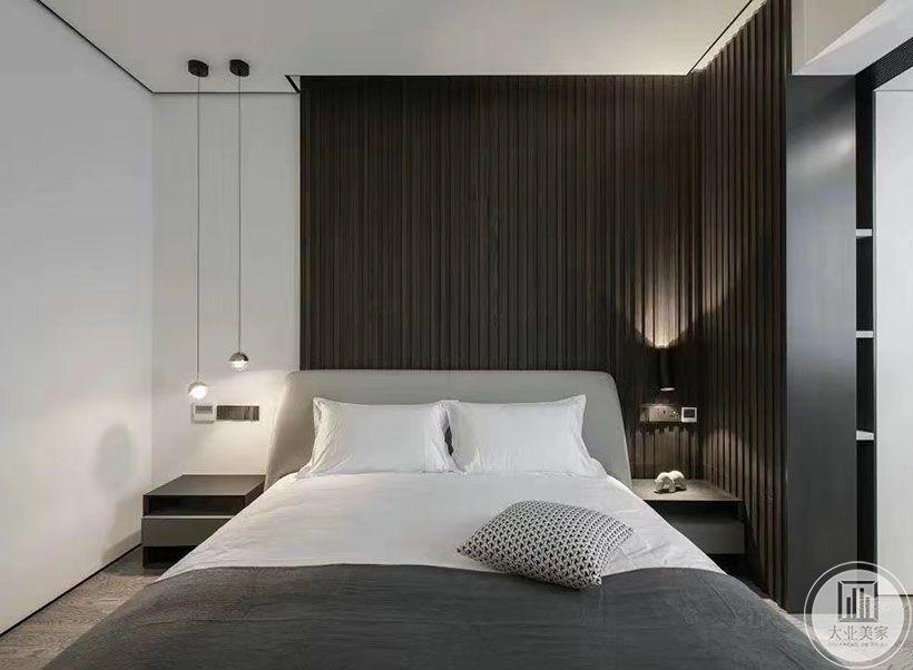 我们从现代人的生活方式出发,考虑到睡前手机的必不可少,卧室采用了无主灯设计。床头木隔断背景配合灯光采用了不对称设计,在比例把握得当的前提下,不仅空间美感得以提升,同时也会让人感受得到房间主人对生活的用心