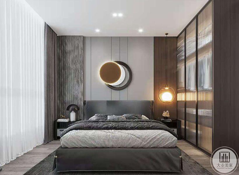 利用窗户的区域做出台面,并将衣柜与飘窗相连,使收纳功能的实用与日常生活的舒适结合在一起
