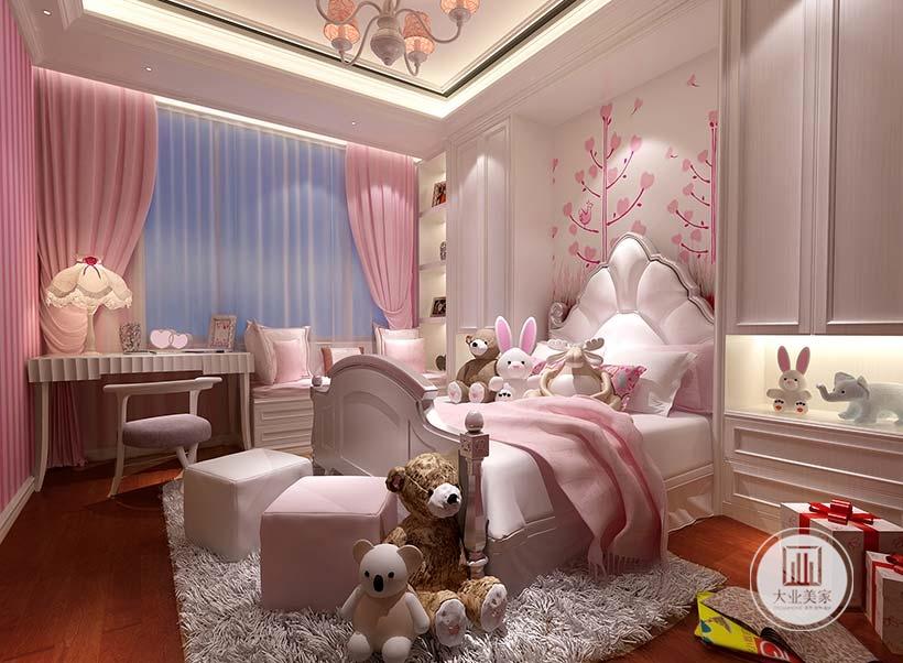 儿童卧室床头背景墙采用粉色壁纸装饰,床的一侧白色橱柜床头附近增加壁龛空间,另一侧采用榻榻米增强收纳。