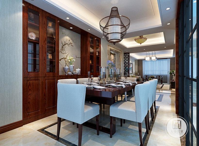 餐桌餐椅都采用红木材料,一侧的墙面做成红木橱柜。