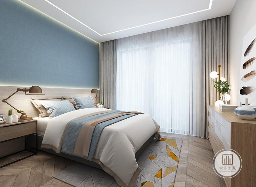 床头背景墙采用蓝色壁纸,床的两侧采用实木床头柜,床尾采用实木橱柜。