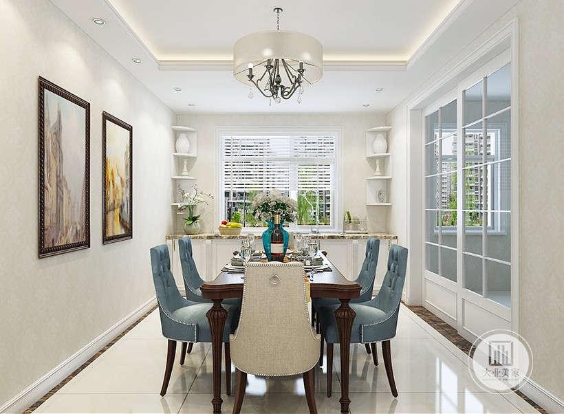 墨兰色软装餐椅,背面为亚麻布料,靠背于坐垫为沙发软包,给人带来舒适感受外,搭配暗红色系餐桌,让室内显示出豪华、富丽的特点,充满强烈的动感效果。