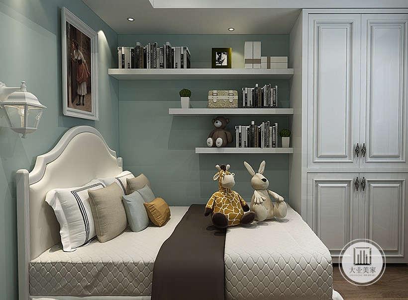 卧室墙面都铺贴浅绿色壁纸,床头背景墙采用人物装饰画装饰,另一侧的墙面采用简易白色木质隔板增强收纳。