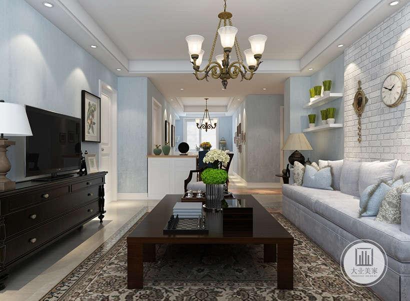 仿古墙地砖,具有历史感,墙面只装饰三个仿旧工艺钟表摆件,居室显得宽敞而富有历史气息的,大理石地面和木制家具装饰,较其它空间要更明快光鲜。