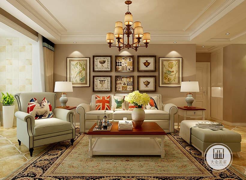 客厅背景墙采用浅棕色壁纸,白色布艺沙发搭配实木茶几,地面铺设花纹砖搭配浅绿色地毯。