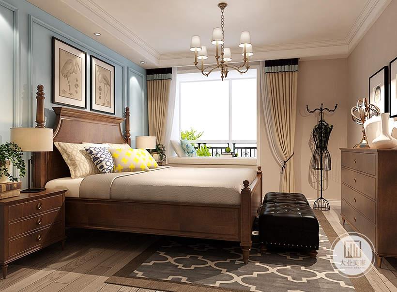 床尾采用深色实木装饰柜,搭配两幅黑白装饰画。