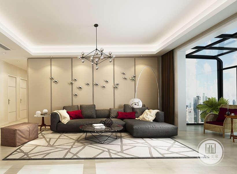客厅沙发墙采用浅黄壁布,沙发采用深灰色布艺沙发,一侧采用无主灯,茶几采用金属搭配黑色玻璃。