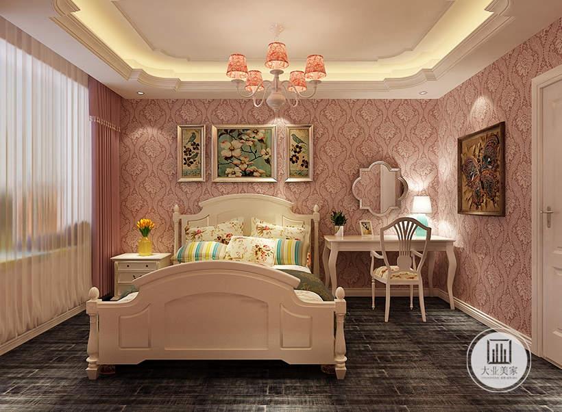 儿童卧室床头墙面采用欧式粉色壁纸,床的一侧采用白色实木床头柜,另一侧采用白色实木书桌,墙上搭配一面镜子,也可以作为梳妆台使用。