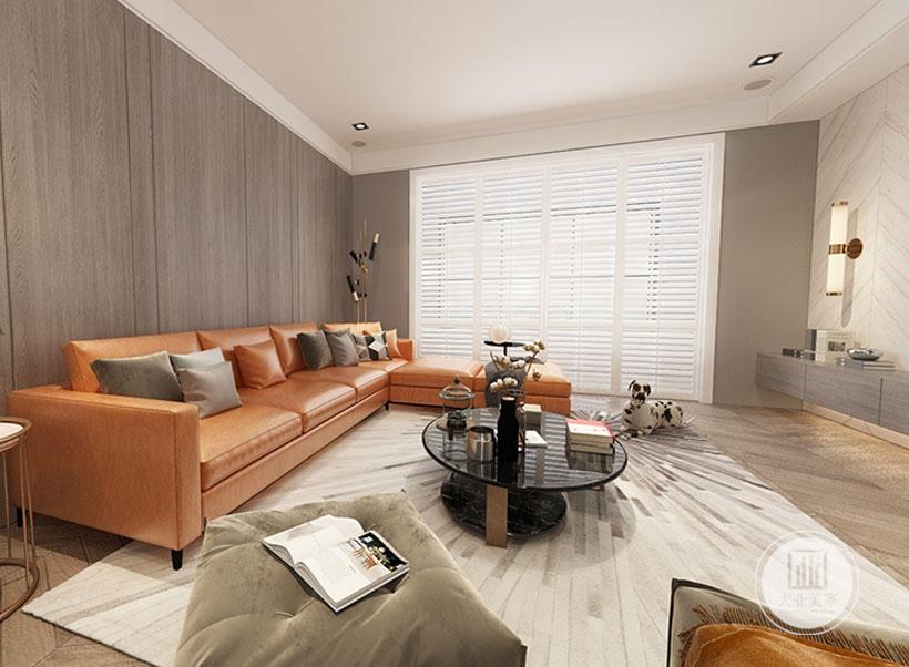 客厅沙发墙采用深色实木装饰,沙发采用橙红色真皮沙发,搭配黑色玻璃茶几,地面铺设浅色木地板搭配白色地毯。