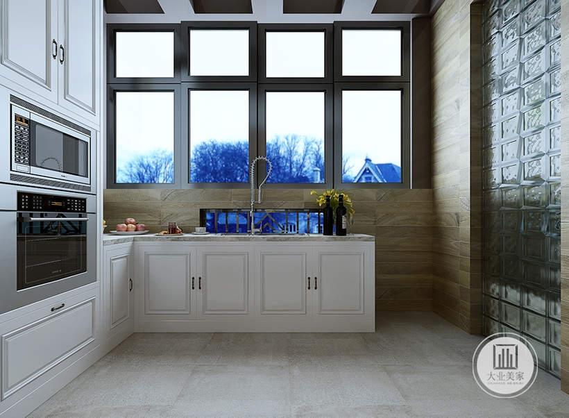 厨房墙面采用浅黄色木纹砖,地面铺设灰色花纹砖,厨房橱柜都采用白色实木柜门。