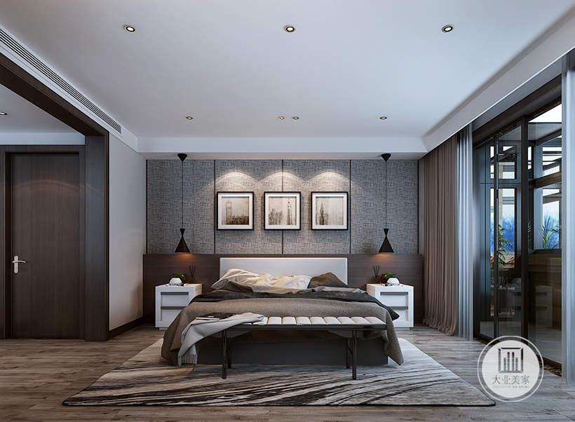 主卧室床头背景墙采用灰色壁纸,床的两侧采用白色床头柜,地面铺设浅色木地板,搭配灰白色的地毯。