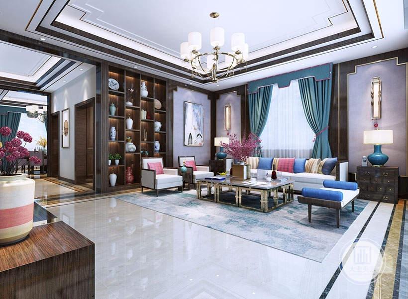 客厅沙发后面没有沙发墙,沙发墙被窗户窗户取代,窗户两侧铺贴淡紫色壁纸,外框采用红木材料搭配金属框,沙发采用红木材料搭配金属框架的茶几。