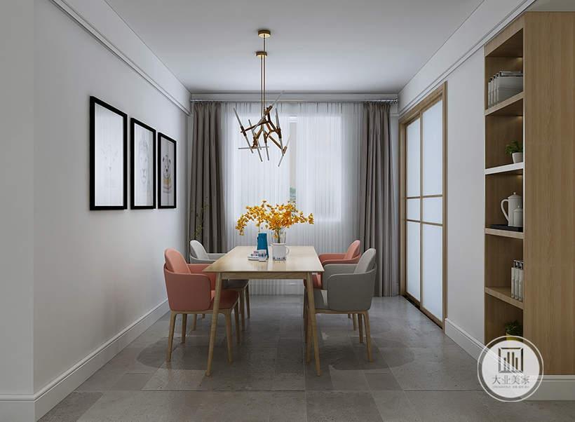 餐厅的餐桌餐椅都采用实木材料,墙面上悬挂三幅欧式风景画,一侧厨房门采用实木框架。