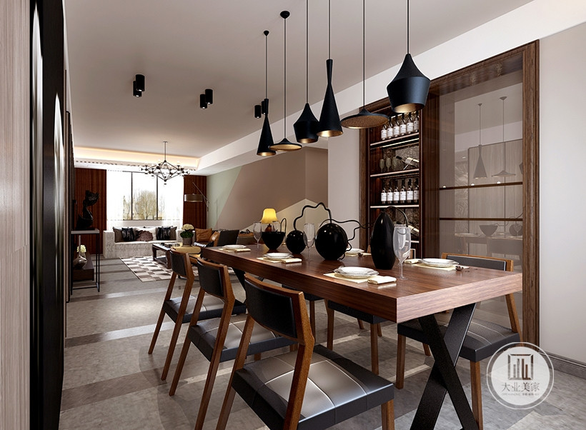 精致的瓷器、陶艺餐具,色彩丰富,在维持了餐厅原有的高贵感觉同时,黑色吊灯的功能是提供柔和、偏暖色的灯光,让整体素雅的餐厅不会有太多的冰冷感觉。