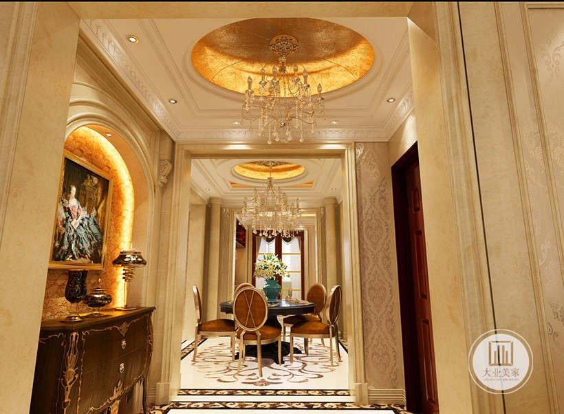 华丽水晶吊灯,墙面饰面板、古典欧式壁纸等硬装设计与家具在色彩、质感及品味上,完美地融合在一起,极大的凸显出古典欧式雍容大气的家居效果。