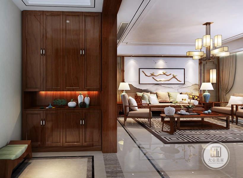 客厅入户门一侧的红木衣柜,搭配红木换鞋凳。