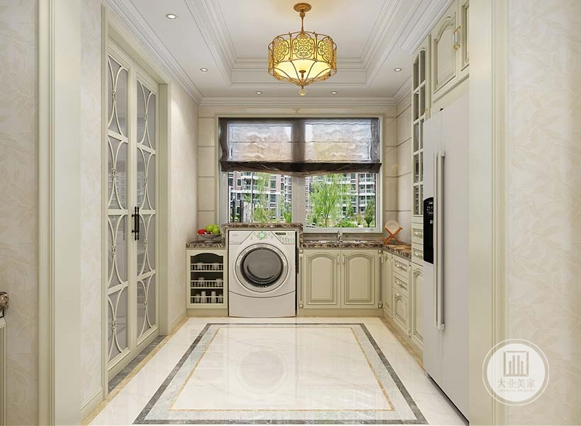 餐厅相对的收纳空间链接着厨房,冰箱洗衣机都放在这个空间内。