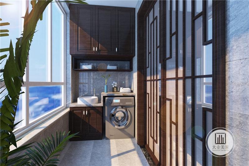 卧室阳台地面和墙面铺贴灰色瓷砖,顶柜和底柜的柜门都采用中式红木材料。