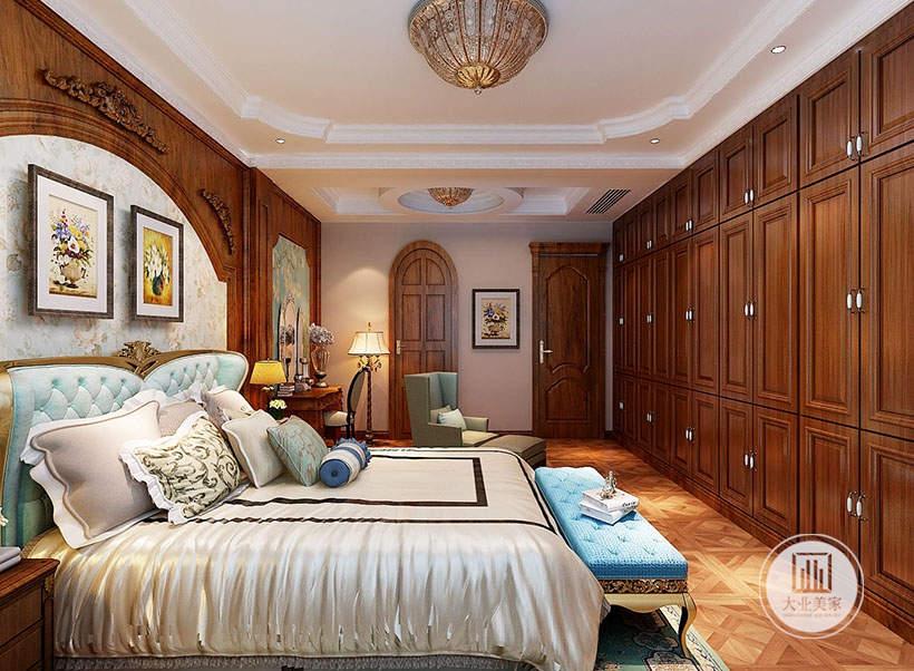 卧室背景墙铺贴花草壁纸,墙面采用两幅装饰画,一侧放置梳妆台墙面铺贴浅绿色花草壁纸。