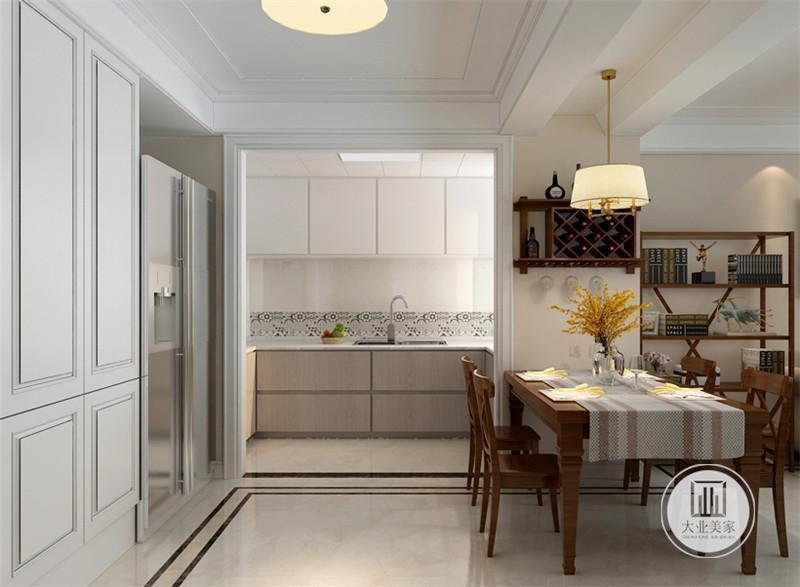 餐厅的餐桌和餐椅都采用实木材料,厨房采用开放式设计。