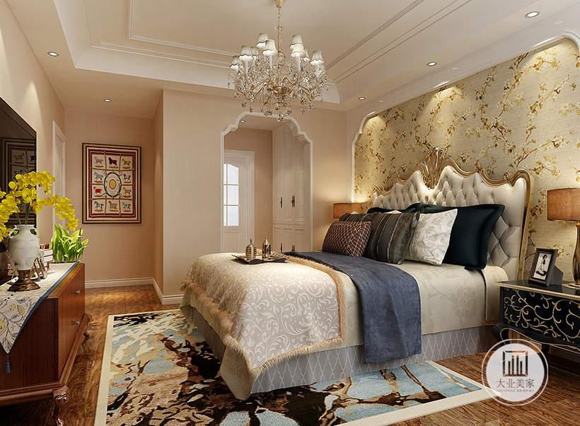 主卧室床尾采用红木橱柜作为电视柜,墙面铺贴浅粉色壁纸。