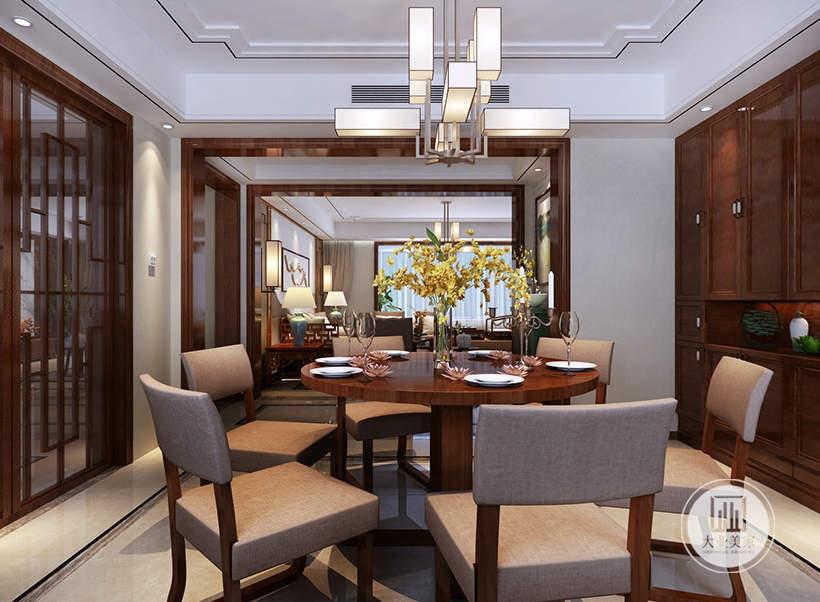餐厅餐桌餐椅采用红木材料,一侧的墙面采用红木衣柜。