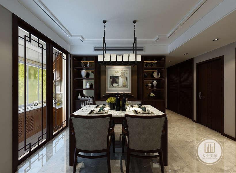 """新中式风格非常讲究住宅的细节装饰,本案设计师用透明玻璃门隔断厨房与餐厅,此设计的优点尤其是在面积较小的住宅中,往往可以达到""""移步就变景""""的装饰效果。"""